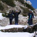 južno pod vrhom naletimo na številne ostanke vojaških struktur
