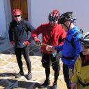 požirek albanskega konjaka za vsakega udeleženca pri cerkvici v bližini Kozine