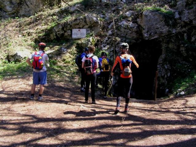 Pred vhodom v Sveto jamo, v njej je največja podzemeljska cerkev v Sloveniji