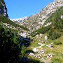 Pot od planinske koče pri Krnskih jezerih proti jezeru, na levi pobočja Šmohorja, desno po