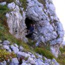 Vhod v avstrijsko kaverno na severni strani zadnje vzpetine v grebenu Lemeža pred sedlom Č
