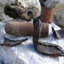 Žalostni ostanki tragičnih spopadov; neeksplodirana granata 75 mm gorskega topa, ostanki č