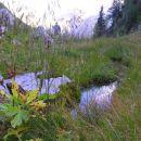 Sedlo Čez Potoče dolguje svoje ime izviru pitne vode v travnati kotanji na njegovi vzhodni