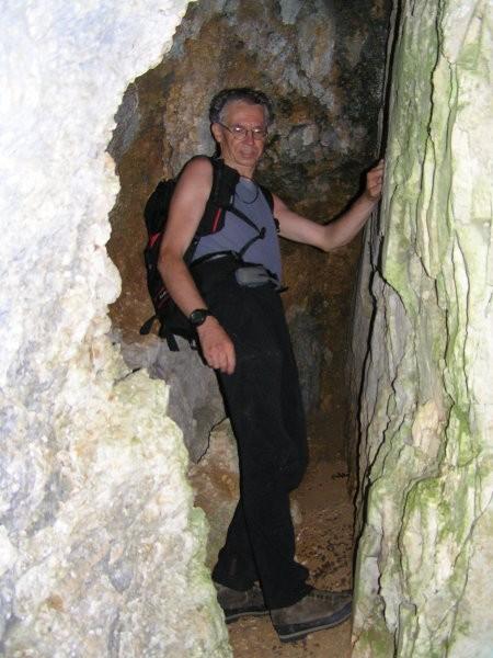Na pobočjih Pršivca in na njegovih vršnih pobočjih se odpirajo vhodi v številne jame in br