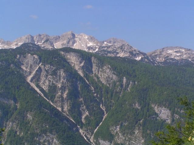 Pogled z Bornove lovske steze na Pršivec proti vrhovom nad Komno