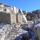 Ostanki italijanskih vojaških zavetišč ob delno ohranjeni italijanski vojaški poti, ki pot