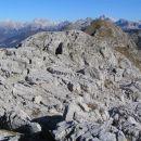 Griva na sliki s travnatim vrhom Lemeža ( 2043 m ) v ozadju; med skalovjem na sliki najdem