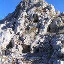 Ostanki italijanskih vojaških zavetišč pod vrhom Skutnika ( 2074 m ); prek sedla pod vrhom