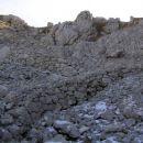 Ostanki italijanske vojaške poti na sedlu med Skutnikom na levi in Krnčico na desni strani