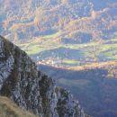 Vas Drežnica, kot jo je videti z italijanske vojaške poti, ki se v širokih okljukih dviguj