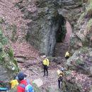 Na dnu globeli je pred vhodom v jamo tudi tale kar veličastni naravni lok ...