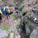 Začetek spusta v globel iz katere se odpira vhod v prvo izmed dveh jam skritih v redkem kr