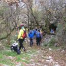 Kraški svet v okolici Socerba je poln brezen, jam in spodmolov, kot so tile na sliki; v nj