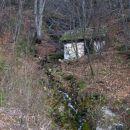 nad cerkvijo sv. Lenarta je tudi tale stara kmečka zgradba, ki leži ob potoku; iz tega je