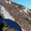 Srednječavenska pot poteka po pobočjih Čavna med Predmejo in Vitovljami; počasi se s Predm