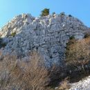Ena izmed številnih skalnatih sten, ki jih lahko občudujemo s srednječavenske poti...