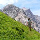 na stezi po pobočjih Brane nad Kamniškim sedlom, zadaj Turska gora ( 2251 m /nm ) in Štaje