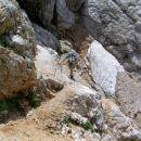 pot po severnem pobočju Brane med škrbino imenovano Kotliči 1976 m / nm  in Kamniškim sedl