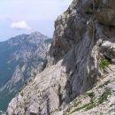 severno pobočje Brane imenovano tudi Boštjanca - po njem je speljana mestoma zavarovana oz