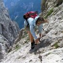pot, po kateri sva se spustila z vrha Turske gore v škrbino Kotliči je mestoma zavarovana