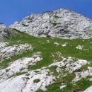 Veliki greben nas ves čas prehoda skozi Žmavcarje ( tako se imenuje strmo travnato in gruš