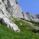 ostenje Velikega grebena nas ves čas vzpona do bivaka na Malih podih spremlja na levi stra