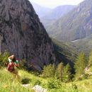 pogled z lovske steze čez Žmavcarje na višini približno 1400 metrov; levo ostenje Brane, v