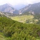 travnata kotanja z Vodotočnim jezerom s pobočij Ovčjega vrha; v ozadju je vidna globoka za