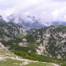 pogled s SV pobočja Ovčjega vrha proti robu Dleskovške planote nad Robanovim kotom, zadaj