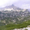 vrh Ojstrice ( 2350 m nm ) zavit v oblake, kot ga vidimo z vršnih pobočij Deske ( 1970 m n