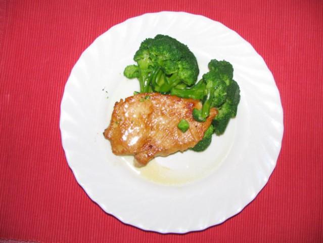 Brokoli kot priloga k naravnemu zrezku   Brokoli kuhajte v vreli rahlo osoljeni vodi le