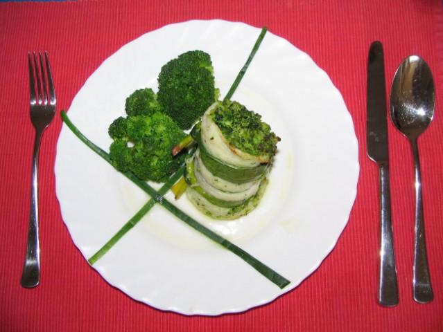 Ribja rolada z brokolijem     sestavine:  ribji file, brokoli, slaniki, česen, oljčno ol