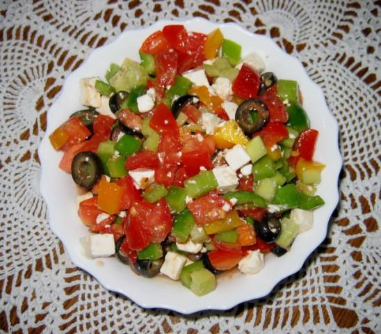 GRŠKA SOLATA  Sestavine: paradižnik, zelena in rumena paprika, kumara, črne olive, feta
