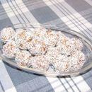 Kokosove (pirine) kroglice     250 g pire v zrnu 100 g rozin namočenih v rumu 100 g or