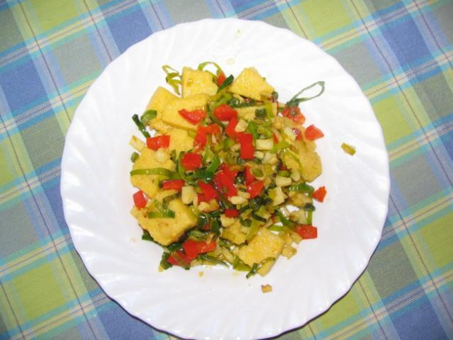Popečena polenta z zelenjavo    gomoljna zelena narezana na kockice zeleni del pora nar