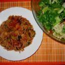 SOJINI ŠPAGETI S POROM V PARADIŽNIKOVI OMAKI  Sestavine: sojini špageti, por, paradižnik