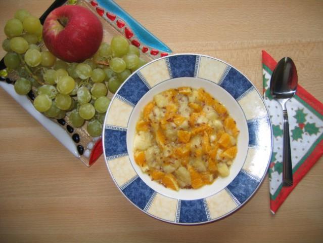 Topla sadna solata  Priprava: banano narežemo na manjše kose, olupino pomarančo in jo na