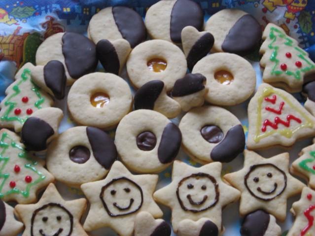 Božično pecivo  Nekaj piškotov si lahko ogledate v mojem albumu http://www.moj-album.co