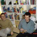Aljoša in Janez pred knjižno polico.