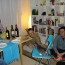 Azrael na zložljivem stolčku (iz Ikee, itak), zabavata ga Aljoša in Janez.