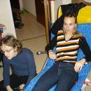 Martina na ležalniku za sončenje (sam počakte, da bo toplo!) in Olga na tleh.