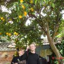 Peter in njegov prvi limonovec - zraven se stuli Nina z brejo macko (Torrelavega, 16.4.200