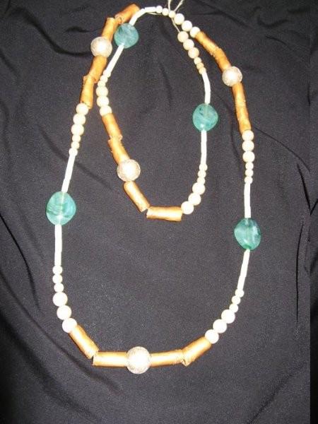 Dolga verižica, dvojna, kombinacija: zlata, poldragi kamen žad, naravna. Cena: 2.900