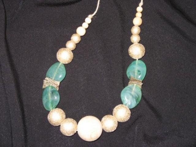 Ogrlica kombinacija: zlata, naravna, poldragi kamen žad, Cena:1.900