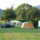 Eden prvih šotorov v kampu in zraven nova (najboljša stvar) pridobitev TUŠI