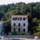 Leva hiša s 3 apartmaji, 2 od teh z balkonom, vsi s pogledom na zaliv