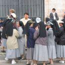 Nune z Japonske pred svetimi stopnicami