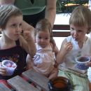 Ajša, Maša in Alja na sladoledu v Arboretumu