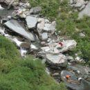 Dharamsala, Indija. Pranje oblačil v sveži in hladni gorski vodi, ki priteče izpod Himala