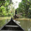Kollam, Indija. Backwaters - rečni kanali Kerale, kjer življenje še vedno poteka kot neko